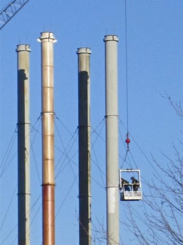 Arvida, cheminées, usine, hommes au travail, réparations